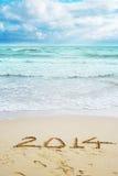Belle vue sur la plage avec des signes de 2014 ans Image stock