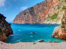 Belle vue sur la plage de Sparto d'exaltation de Zakynthos, roches en pierre, l'eau bleue de la mer ionienne, récifs, cavernes bl Images stock