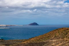 Belle vue sur le volcan lointain avec l'oc?an bleu - image photos stock
