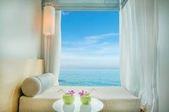 Belle vue tropicale de mer à la fenêtre dans la station de vacances, Phuket, Thaïlande Photos libres de droits