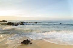 Belle vue tropicale de mer de lever de soleil de plage vague molle frappant la plage sablonneuse Images libres de droits