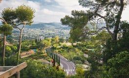 Belle vue urbaine et naturelle de paysage, d'arbres, de route et de ville, France, la Côte d'Azur image stock