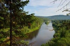 Belle vue vers la rivière du haut de la montagne Photos libres de droits