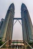 Belle vue vers le bas dessus des Tours jumelles de Petronas Image libre de droits