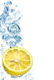 Bellen in blauw water stock afbeeldingen
