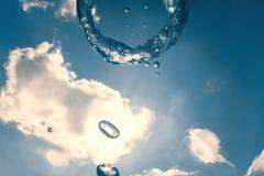 Bellen de ring onderwater stijgt naar de zon royalty-vrije stock afbeeldingen