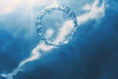 Bellen de ring onderwater stijgt naar de zon royalty-vrije stock afbeelding