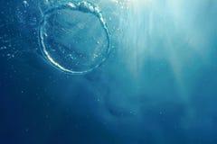 Bellen de ring onderwater stijgt naar de zon royalty-vrije stock foto's