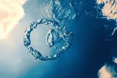 Bellen de ring onderwater stijgt naar de zon stock foto