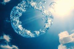 Bellen de ring onderwater stijgt naar de zon royalty-vrije stock fotografie