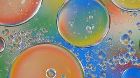 Bellenolie op water kleurrijke abstracte achtergrond stock videobeelden
