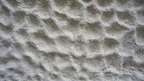 Bellentextuur bij het witte cementmuur horizontaal eindigen Stock Afbeeldingen