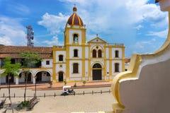 Belles église et plaza images libres de droits