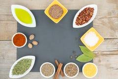 Belles épices colorées dans des cuvettes sur le plateau d'ardoise L'espace libre pour votre texte Photos libres de droits