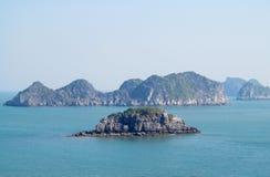 Belles îles de roche en mer image libre de droits