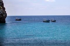 Belles îles ou îlot de formation de roche entouré par l'eau bleue très renversante Les bateaux de touristes et les yachts étaient Photos libres de droits