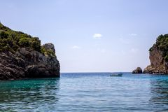 Belles îles ou îlot de formation de roche entouré par l'eau bleue très renversante Les bateaux de touristes et les yachts étaient Photo libre de droits