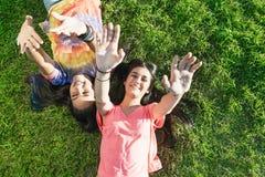 Belles adolescentes ayant l'amusement dans le parc d'été extérieur Photographie stock