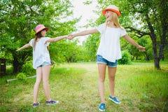 Belles adolescentes ayant l'amusement dans le parc extérieur Photographie stock