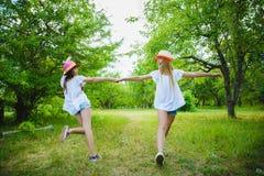 Belles adolescentes ayant l'amusement dans le parc extérieur Photos libres de droits