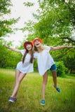 Belles adolescentes ayant l'amusement dans le parc extérieur Photo libre de droits