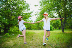 Belles adolescentes ayant l'amusement dans le parc extérieur Photos stock