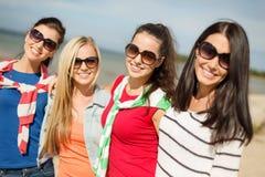 Belles adolescentes ayant l'amusement sur la plage Photographie stock libre de droits