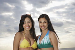 Belles adolescentes dans des bikinis Photos libres de droits