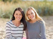 Belles adolescentes ou jeunes femmes ayant l'amusement Photos stock