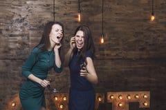 Belles amies de femmes de mode chantant tout en écoutant m Images stock