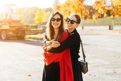 Belles amies heureuses du portrait deux en parc images libres de droits