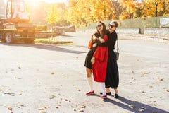 Belles amies heureuses du portrait deux en parc image libre de droits