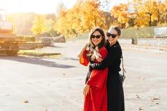 Belles amies heureuses du portrait deux en parc photographie stock