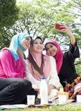 Belles amies musulmanes prenant la photo Photos libres de droits