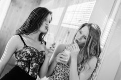 2 belles amies romantiques sexy dans le corsage Photographie stock
