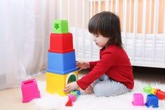 Belles 2 années d'enfant en bas âge jouant avec le jouet éducatif Images libres de droits