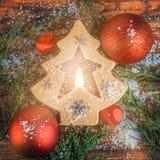 Belles babioles rouges et arbre de Noël jaune décoratif intérieur rougeoyant de bougie Format carré avec l'espace de copie Photo stock