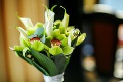 Belles bagues de fiançailles d'or sur le bouquet tendre de mariage Images libres de droits