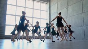 Belles ballerines dans des tutus noirs à une leçon de ballet Belle danse de filles à l'école de ballet Exposition de professeurs  banque de vidéos