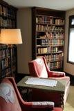 Belles bibliothèques et chaises dans le salon, manoir de jardins de Yaddo, Saratoga Springs, New York, 2014 photo stock