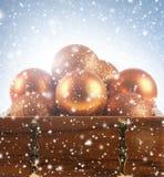 Belles billes de Noël dans un coffre brun photo libre de droits