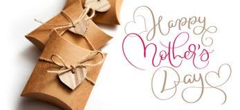 Belles boîtes pour des cadeaux un jour heureux blanc de mères de fond et de textes Aspiration de main de lettrage de calligraphie Photos stock