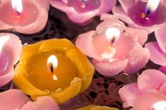 Belles bougies de flottement formées comme des fleurs Image libre de droits