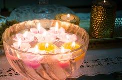Belles bougies de flottement formées comme des fleurs Photo libre de droits