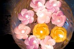 Belles bougies de flottement formées comme des fleurs Photographie stock
