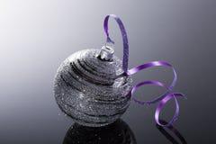 Belles boules brillantes sur un fond noir Photographie stock