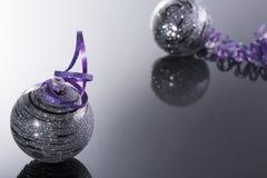 Belles boules brillantes sur un fond noir Photo libre de droits
