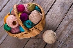 Belles boules de fil dans un panier en osier Images libres de droits