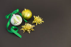 Belles boules de Noël avec le ruban vert Photos stock