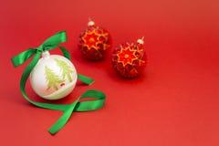 Belles boules de Noël avec le ruban vert Photographie stock